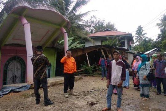 Lima rumah warga di Limapuluh Kota ambruk akibat pergerakan tanah