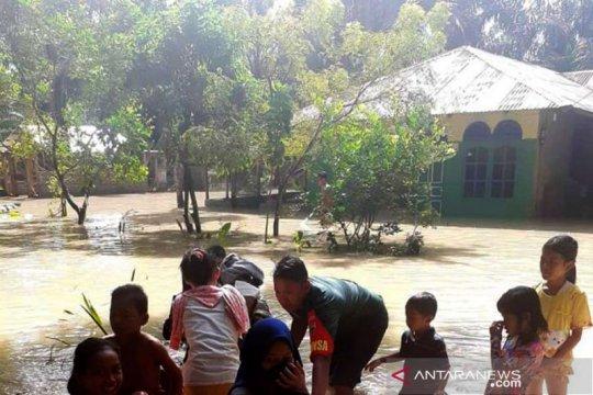 Babinsa Kodim 0204/DS bantu warga terdampak banjir