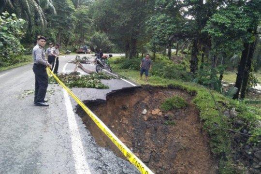 Jalan menuju kawasan wisata Bukit Lawang Langkat longsor