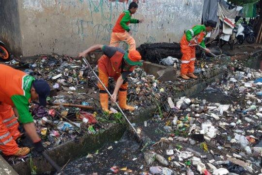Hujan deras di Jakbar timbulkan sampah di sejumlah aliran kali