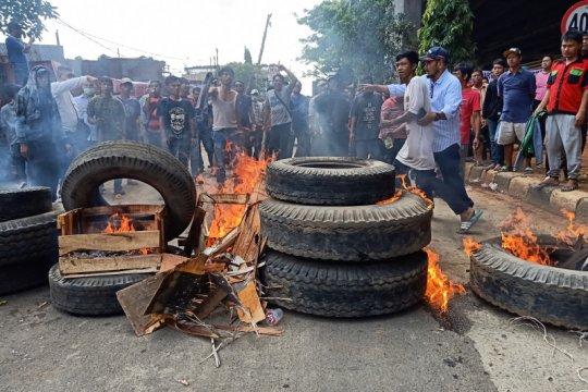 Warga Cipinang blokade jalur lambat DI Panjaitan tolak gusuran lahan