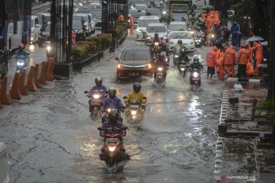 BPBD imbau warga ibu kota waspadai potensi hujan disertai petir