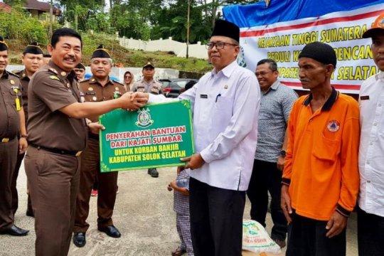 Korban banjir Solok Selatan mendapat bantuan dari Kajati Sumbar