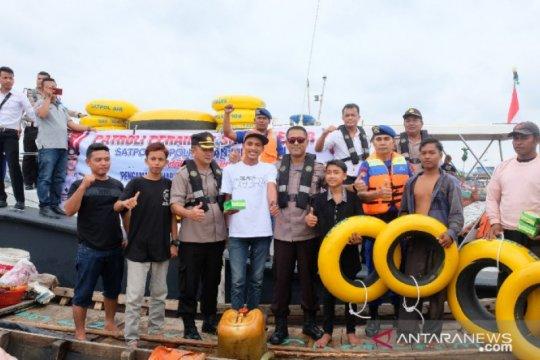 Kemenhub bagikan 150 life buoys untuk nelayan di Pelabuhan Juwana