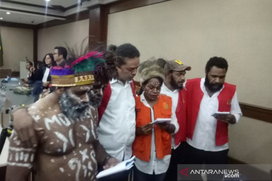 Surya Anta cs lakukan doa dan bernyanyi jelang sidang dakwaan