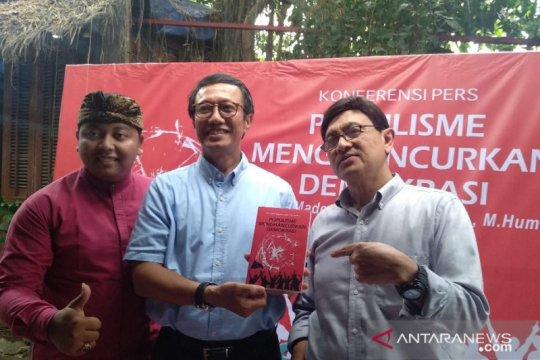 """Buku """"Populisme Menghacurkan Demokrasi"""" kritisi politik identitas"""