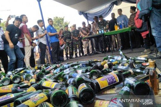 Polres musnahkan ribuan botol miras dan oplosan