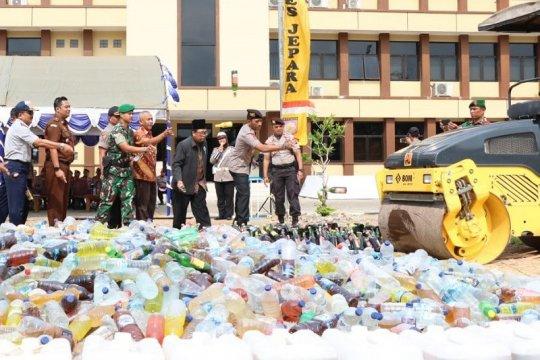 Polisi musnahkan 11.678 botol minuman keras