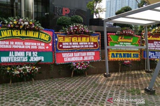 Karangan bunga untuk pimpinan terpilih penuhi pelataran gedung KPK
