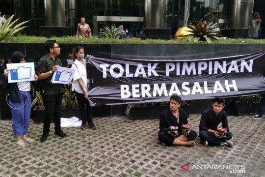 ICW lakukan aksi teatrikal tolak kehadiran pimpinan KPK bermasalah