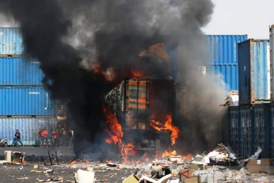 Truk kontainer meledak sebabkan enam orang terluka