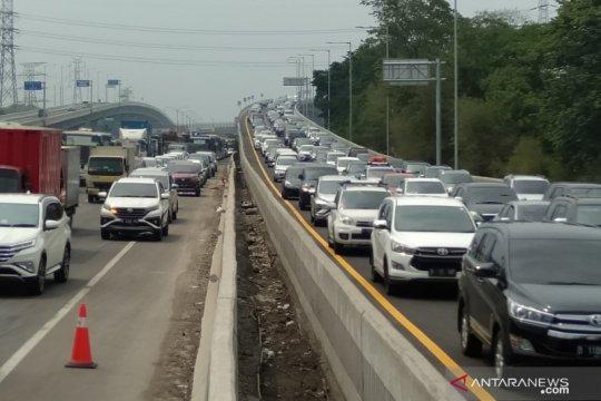 Arus lalu lintas di Jalan Tol Jakarta-Cikampek padat