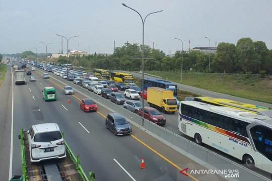 "Petugas terapkan ""contraflow"" di Tol Jakarta-Cikampek"