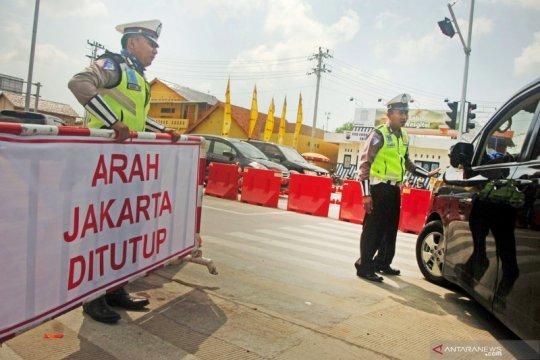 Kepadatan arus lalu lintas masih terjadi di Tol Jakarta-Cikampek