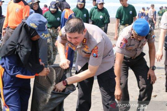 1000-an orang ikuti bersihkan sampah plastik di Pantai Pancer Puger