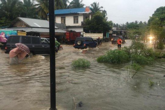 Ruas jalan Padang-Pasaman Barat terendam banjir hingga 50 centimeter