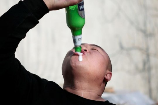 Bir topan dan pemecah batu bikin warga desa China jadi sensasi Twitter