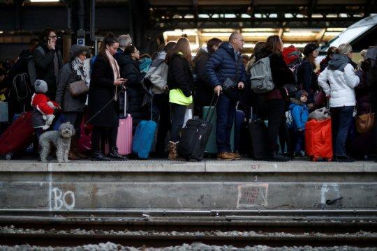 Bentrokan warnai aksi protes di stasiun Gare de Lyon Paris