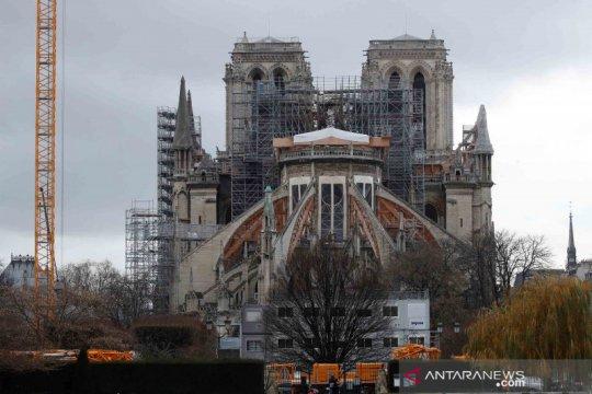 Greenpeace gantung spanduk perubahan iklim di atas Notre-Dame