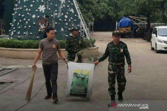 Personel Polri-TNI membersihkan Gereja Katedral