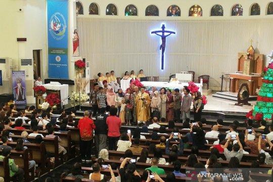 Sambangi Gereja Theresia, pegiat lintas agama ucapkan Selamat Natal