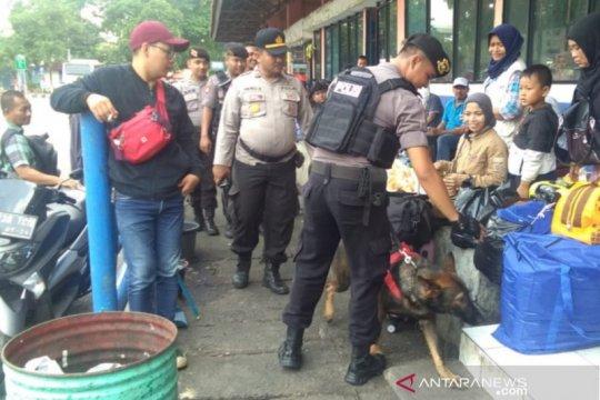Polisi kerahkan anjing pelacak sterilkan Terminal Kampung Rambutan