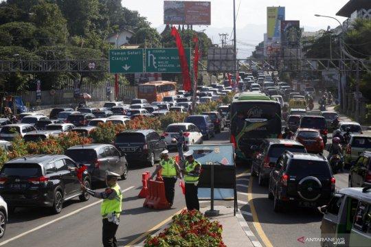 Polisi berlakukan sistem buka tutup di jalur menuju kawasan Puncak