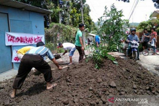 """Pemkab Cianjur """"cuek"""", warga swadaya perbaiki jalan rusak di Puncak II"""