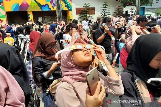 Warga padati planetarium Jakarta amati gerhana matahari