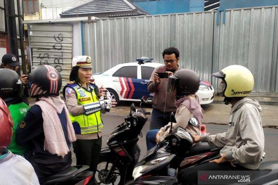 Polisi membagikan makanan ringan saat rekayasa lalu lintas di Lembang