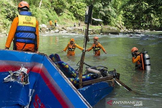 Polisi evakuasi bangkai Bus Sriwijaya dari sungai untuk penyelidikan