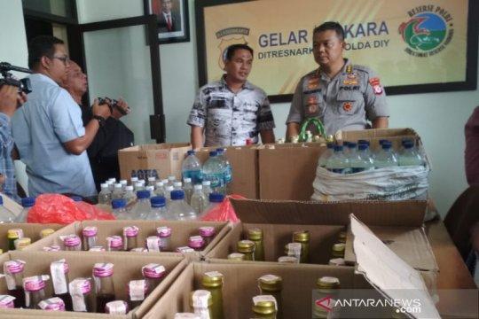 Polda DIY menyita ratusan botol minuman keras jelang Tahun Baru 2020