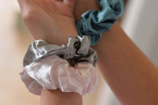 Scrunchie, ikat rambut cepol ala 90-an yang kembali populer