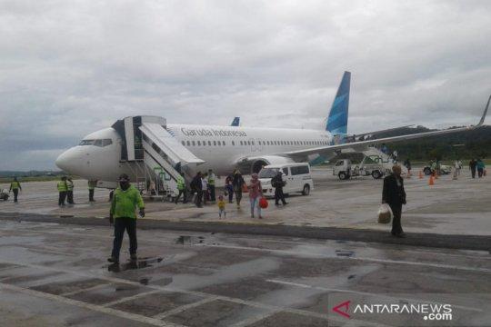 Pesawat Garuda pecah ban di Biak