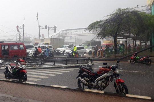 Reklame roboh di Cengkareng tiban pengendara motor hingga tewas