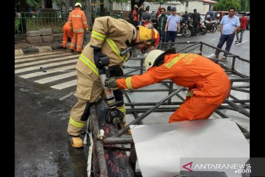 Polisi: Rangka keropos penyebab reklame tumbang di Cengkareng