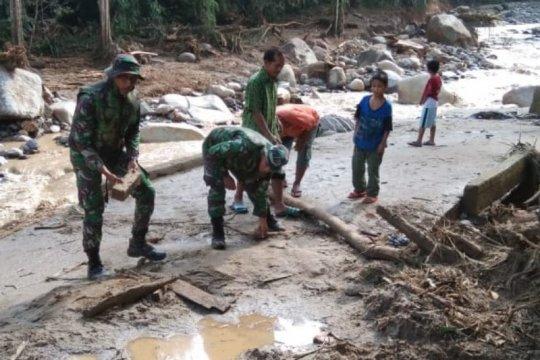 PRCPB Yonif 126/KC evakuasi korban banjir Labuhanbatu Utara