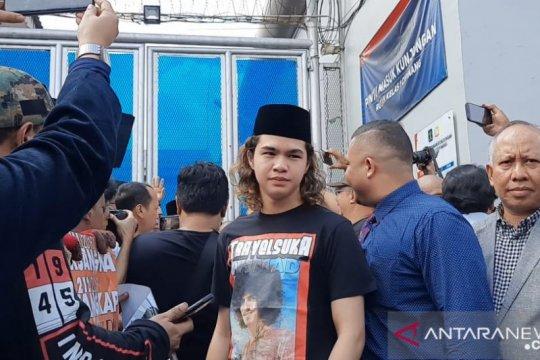Jemput Dhani, Dul sempat terjatuh di depan rutan Cipinang