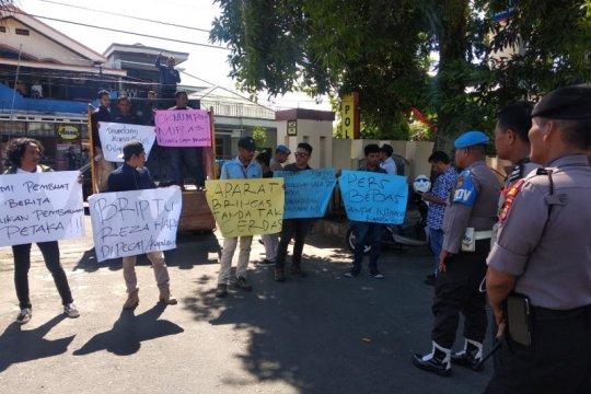 Puluhan wartawan demonstrasi di Polda Malut