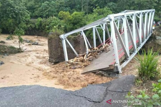 Jembatan putus, tujuh rumah hanyut akibat luapan air sungai di Lahat