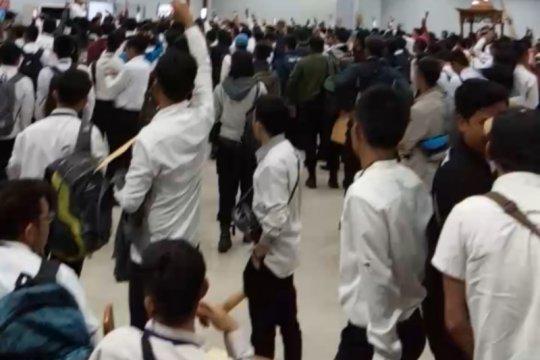 Ratusan pekerja magang TransJakarta demo minta dikontrak