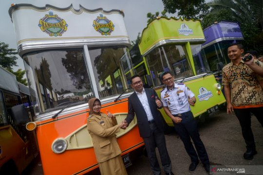 Penyerahan bus pariwisata di Bandung