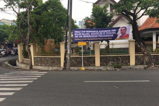 BPB Linmas Surabaya copoti spanduk Bacawali Eri Cahyadi