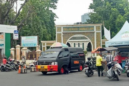 Tas mencurigakan di Masjid Sunda Kelapa berisi baju dan sarung