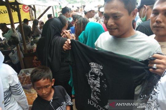 Presiden Jokowi bagi-bagi kaos di Bendung Kamijoro Bantul