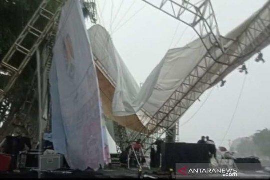 Atap panggung malam Tahun Baru Alun-Alun Magelang ambruk