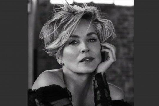 Disangka akun palsu, Sharon Stone diblokir dari aplikasi kencan Bumble