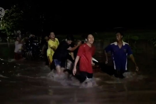 Banjir putuskan jalur penghubung Kota dan Kabupaten Madiun