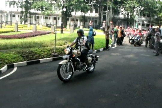Kampanye keselamatan lalu lintas dengan penggunaan helm yang baik dan benar
