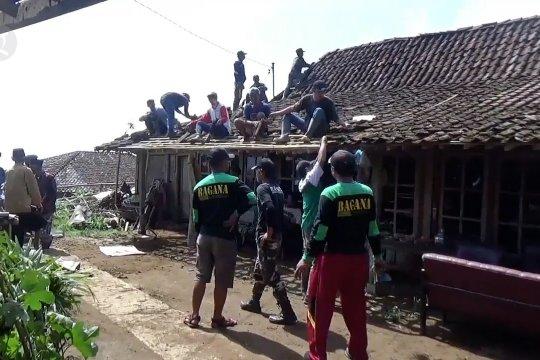 73 Rumah rusak diterjang angin puting beliung